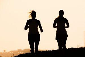 zwei Läuferinnen in der Abendsonne
